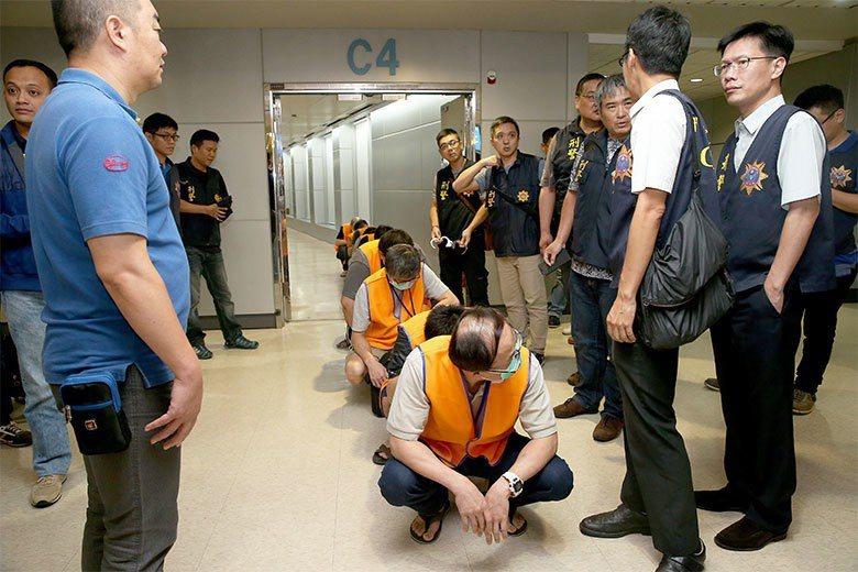 2016年9月,台灣與印尼警方合作,從印尼雅加達押解11名詐騙集團嫌犯返抵桃園機場。  圖/聯合報系資料照