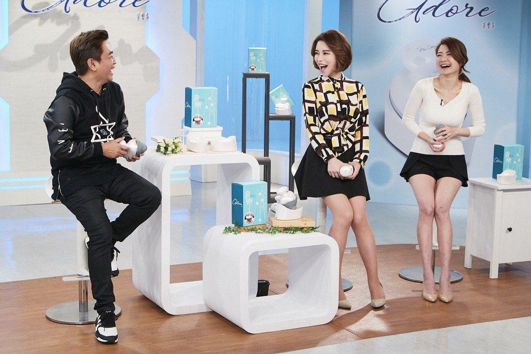綜藝天王吳宗憲(左)為「肩樂無線防水按摩器」親上東森購物台進行宣傳,與購物專家斯...
