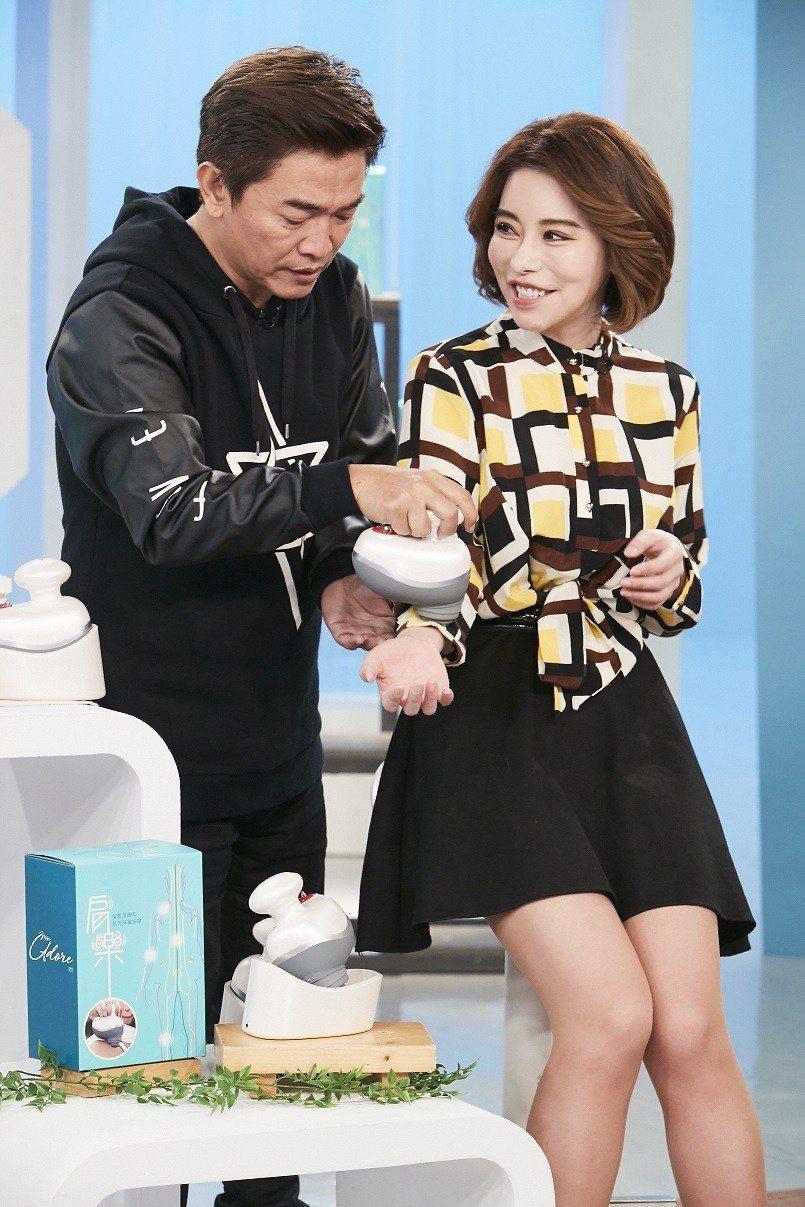 綜藝天王吳宗憲(左)親自為購物專家斯容示範使用「肩樂無線防水按摩器」的好處。