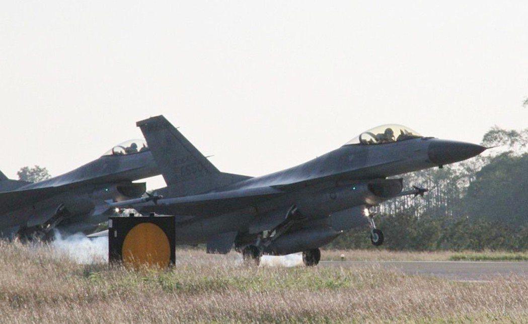 為因應中共「第一擊」將破壞台灣各重要空軍基地跑道,國防部長馮世寬要求空軍各基地發...