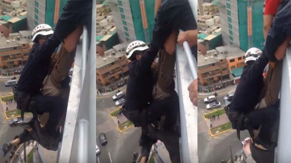 秘魯有名男子從15樓欲跳樓自殺,雖被及時趕來的消防人員抱住,無奈男子最終卻從消防...