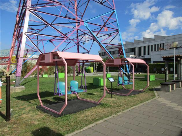 戶外園區的搖椅是人力發電設施,搖動椅子變可產生電能,進而播放出音樂。 台電/提供