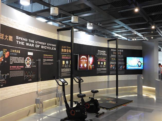 「電磁視界」室內展覽十分豐富,並設立人力發電設施供民眾體驗。 台電/提供