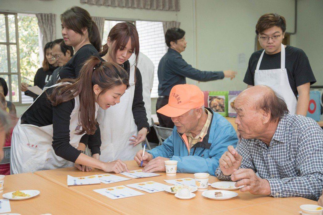 官田地區的長輩擔任美味的菱角創意料理競賽的評審。 嘉藥大學/提供