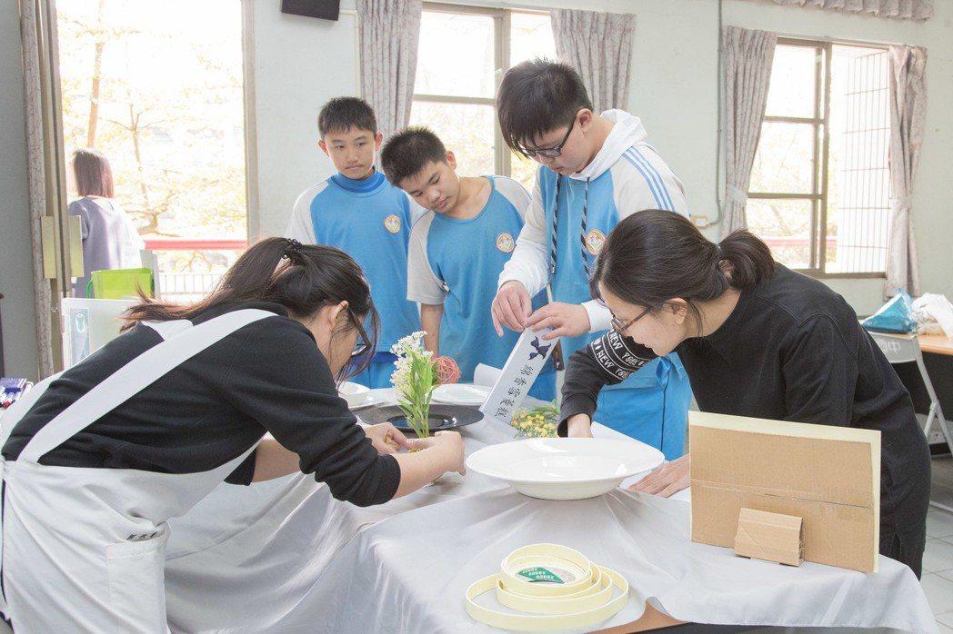 嘉藥保營系同學帶領官田國中學生利用菱角做創意料理。 嘉藥大學/提供