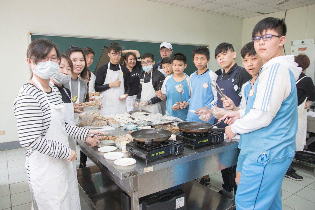 嘉藥保營系與官田國中同學利用菱角做出適合長者食用的餐點。 嘉藥大學/提供