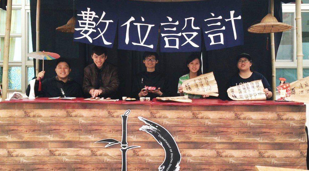 明道大學數位系舉辦期末成果展,學生用竹子打造一個江戶時代的居酒屋。 明道大學/提...