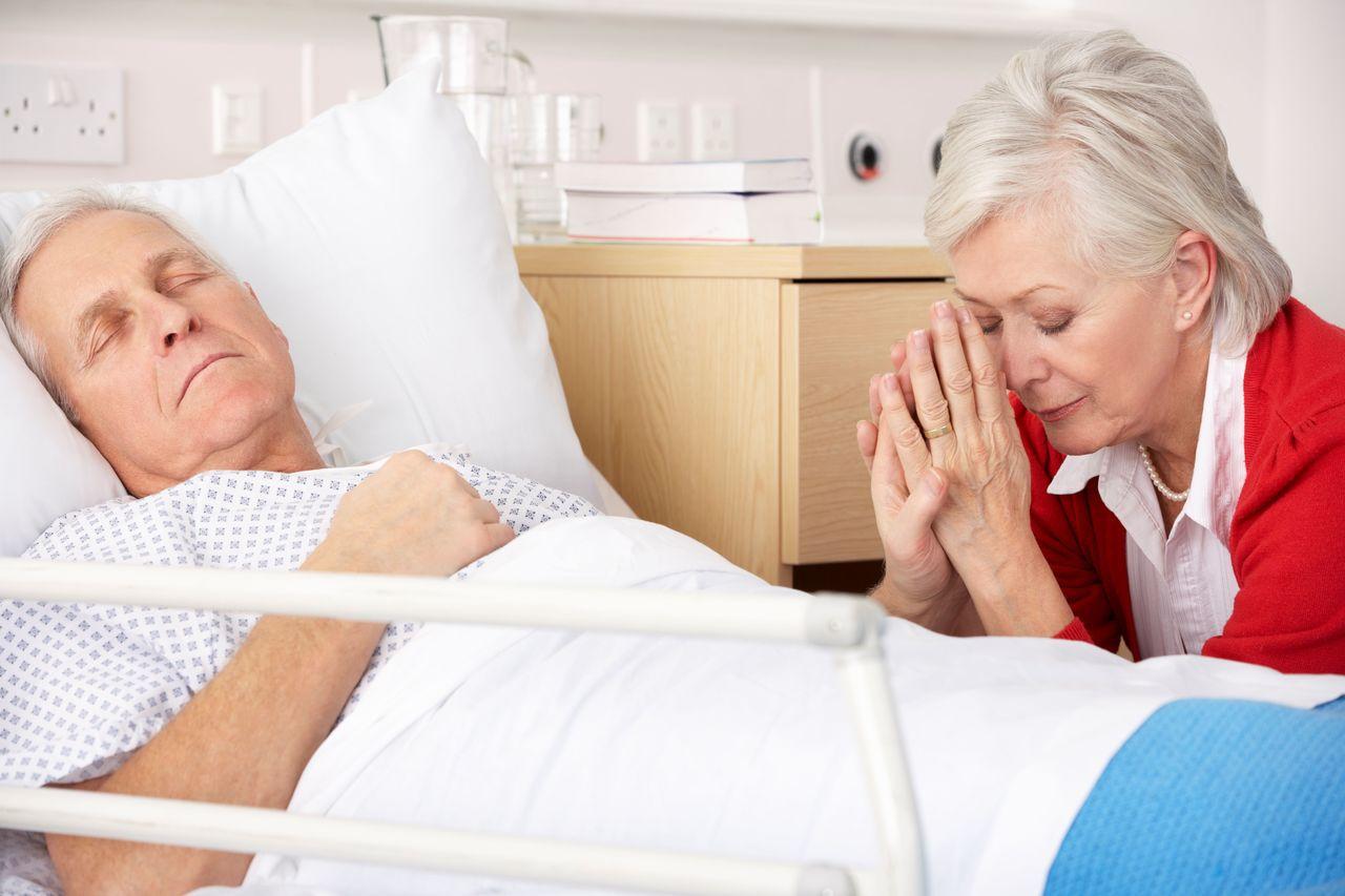 網友們對於是否該如實告訴年長病患的病情,意見產生分歧。示意圖/Ingimage