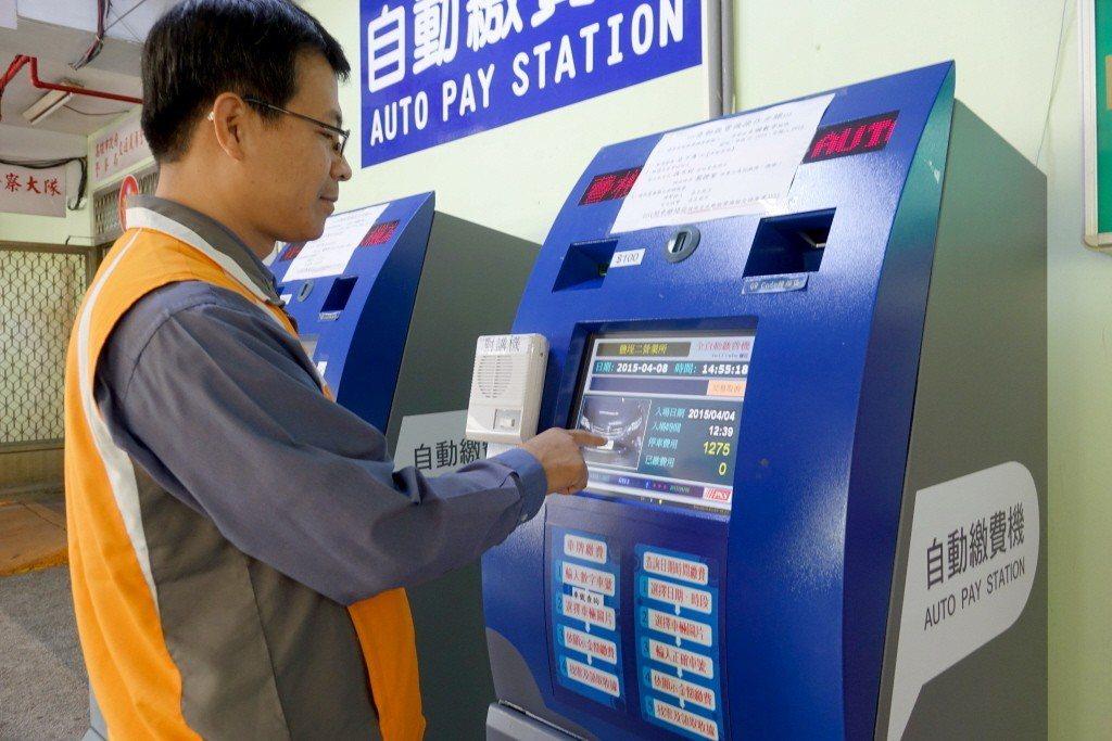 有男網友在《爆怨公社》貼文,表示去停車場繳費機繳完費後,一時忘了停車票卡還插在繳...