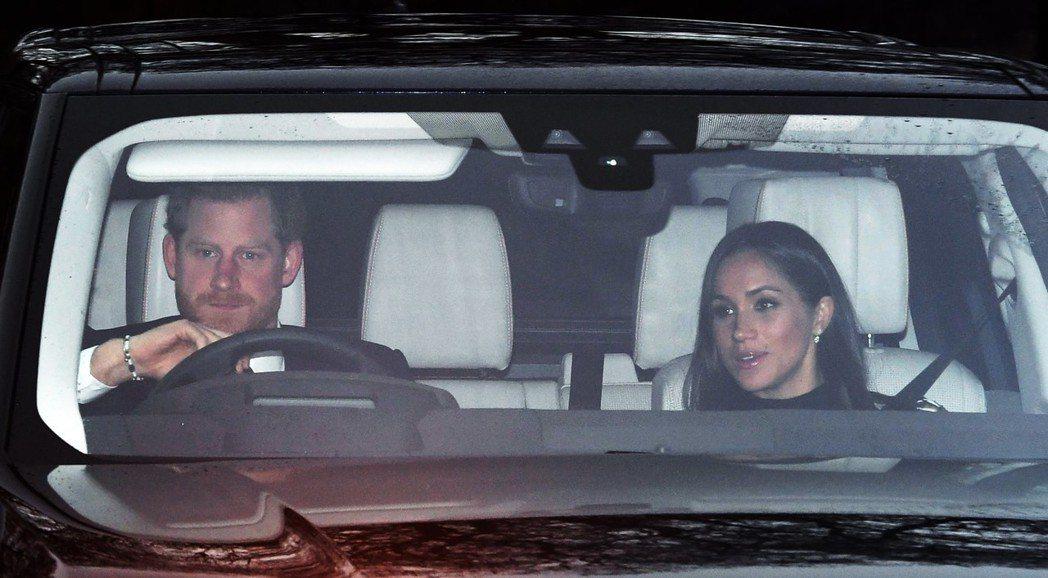哈利王子20日開車載梅根到白金漢宮,與女王共度耶誕。 (歐新社)