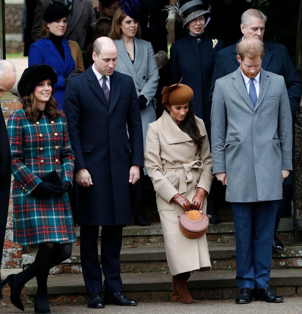 英國王室成員25日做完耶誕禮拜,威廉與哈利王子向搭車離開教堂的女王頷首,凱特與梅...