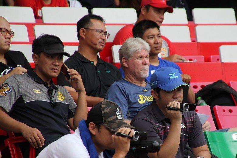 王金勇(左)擔任球探評價不錯,能夠提供教練充足資訊,幫助球隊敢於近期的選秀後大規...