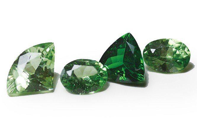 不同顏色深淺的鈣鋁榴石,最深色的方能稱沙弗萊石,其顏色可比祖母綠,且乾淨度佳,故...