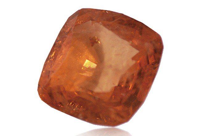 產於緬甸的天然錳鋁榴石,顯現出亮眼的橙色。