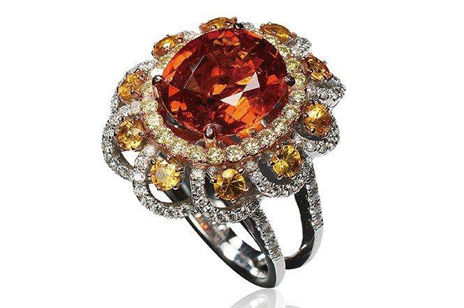 錳鋁榴石戒指。材質為錳鋁榴石、鑽石。(大方珠寶提供)