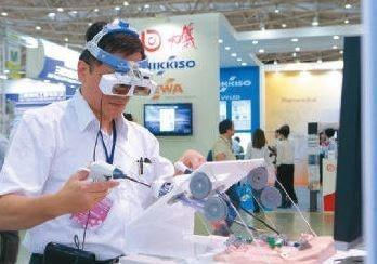 工研院開發可直接穿戴在醫師頭部的臨床內視鏡手術顯示器,醫護人員在進行微創內視鏡手...