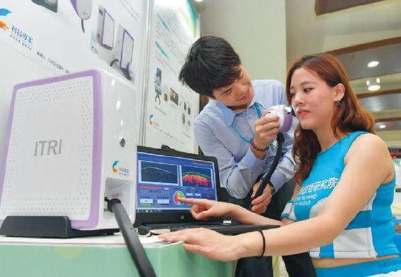 工研院研發團隊研發的光學同調斷層掃描儀,可以在短短幾秒內就得知膚質與皮下膠原蛋白...