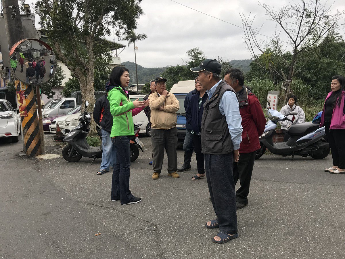 瑞芳區傑魚坑路與富貴社區的路口車輛常常發生意外,市議員林裔綺(左一)會勘,決議先...