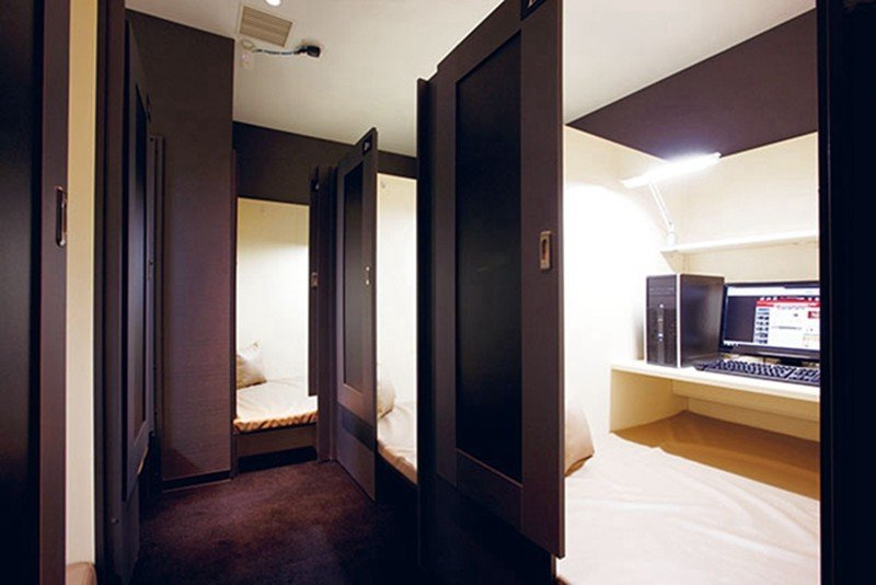 個室設計讓來客保有私人空間,舒適的坐墊搭配完善的影音設備,愜意休息。