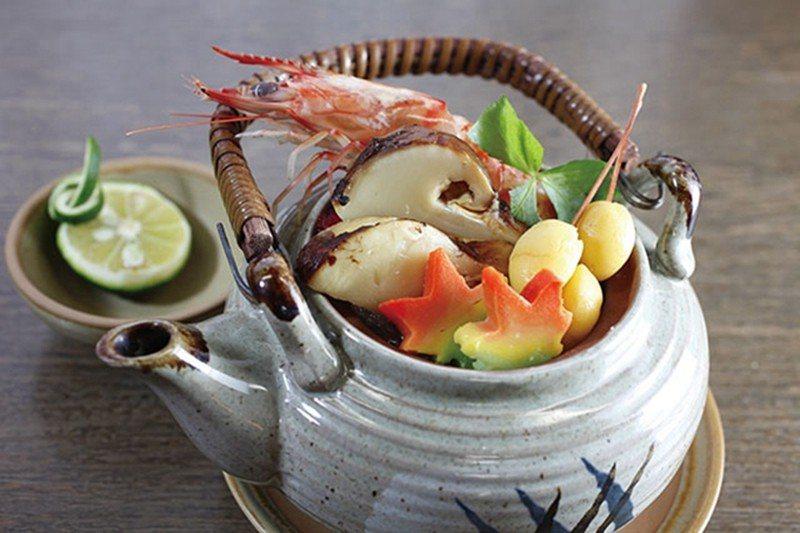 松茸土瓶蒸し(松茸土瓶蒸)¥1296/秋季必嚐的季節餐點,高級的松茸製成鮮美湯品...