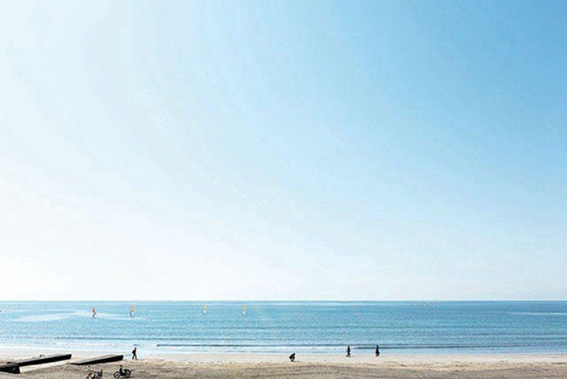 距離海邊0分鐘的青年旅館,早起到材木座海灘散步相當愜意。