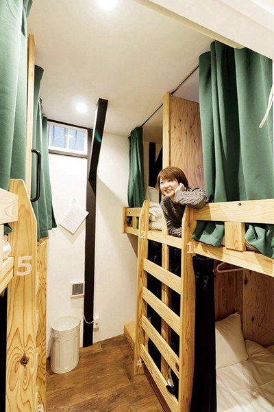 最便宜的8人混住房型只要拉上窗簾就能享有自己的空間。