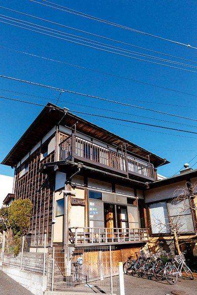 從內到外都充滿傳統日本風情的青年旅館,下午可以在西側的緣廊小憩享受懷舊的日式體驗...
