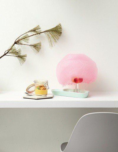 白雲的眼淚200元(右)/氣泡水中加入以新鮮水果自製的果凍球,接著在上層放上棉花...