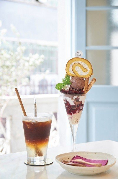 櫻桃聖代200元(右)/沁涼冰品搭配櫻桃、綿蜜蛋糕,深受女生喜愛。氣泡冰美式13...