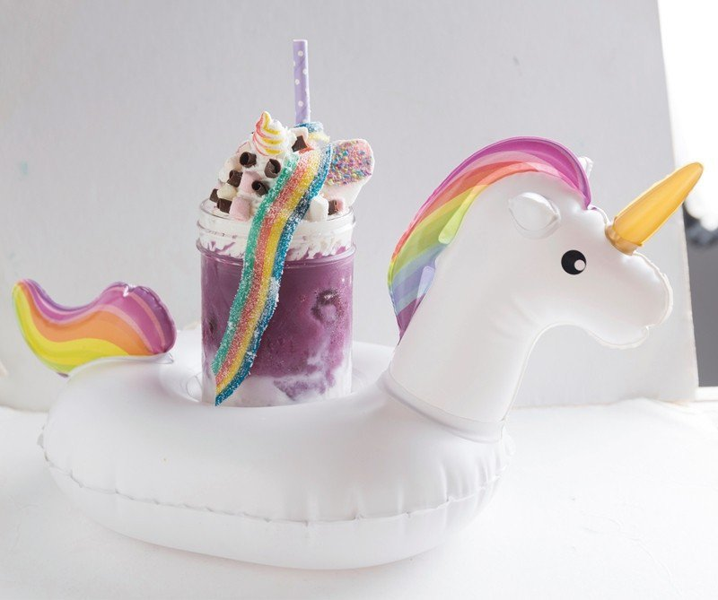 紫薯黑糖妙可220元/在鮮奶中加入紫薯、黑糖,再以棉花糖、鮮奶油及彩虹酸扁糖裝飾...