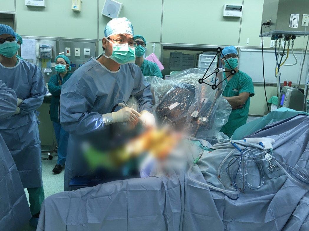 雙和醫院骨科利用「機器手臂輔助單髁人工膝關節置換術(MAKOplasty)」,讓...