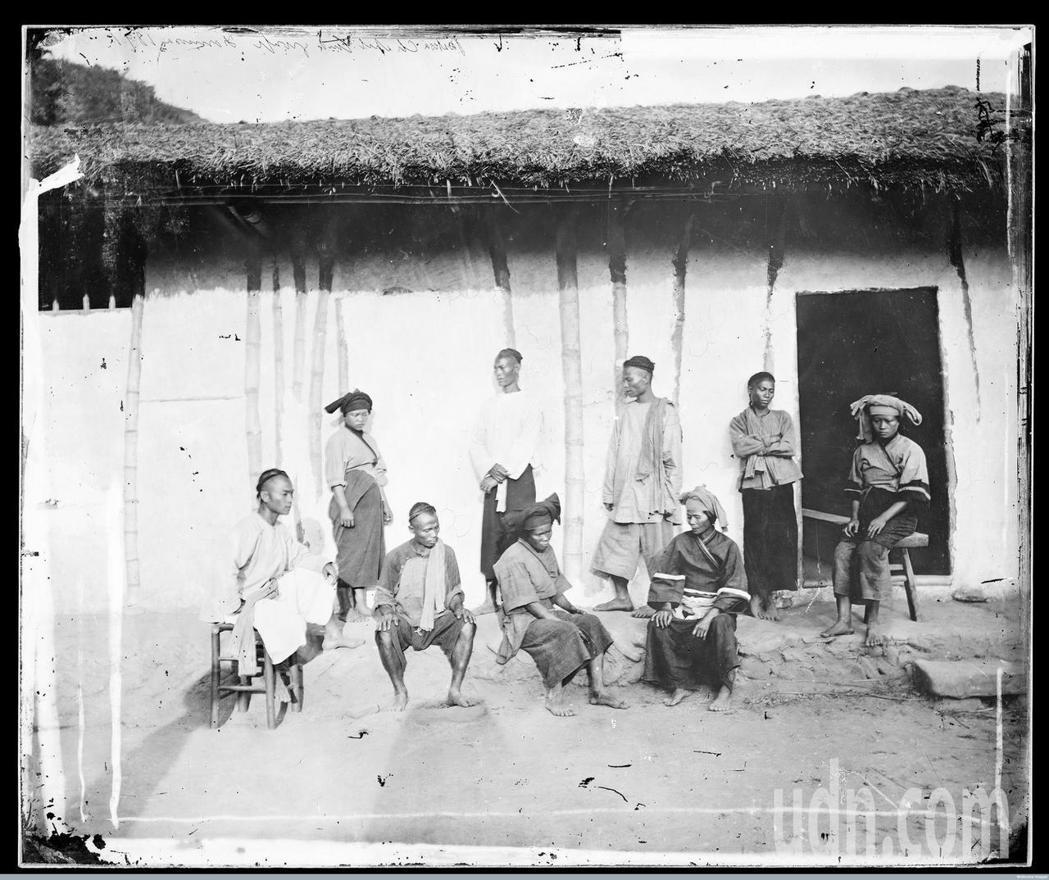 英國攝影師約翰‧湯姆生,百餘年前在木柵教會拍攝的黑白色原照。圖/文史工作者游永福...