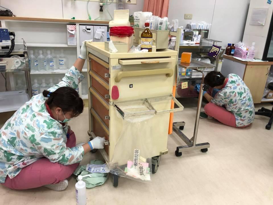護理師當起清潔婦,抽空清理換藥車。圖/白永嘉醫師提供