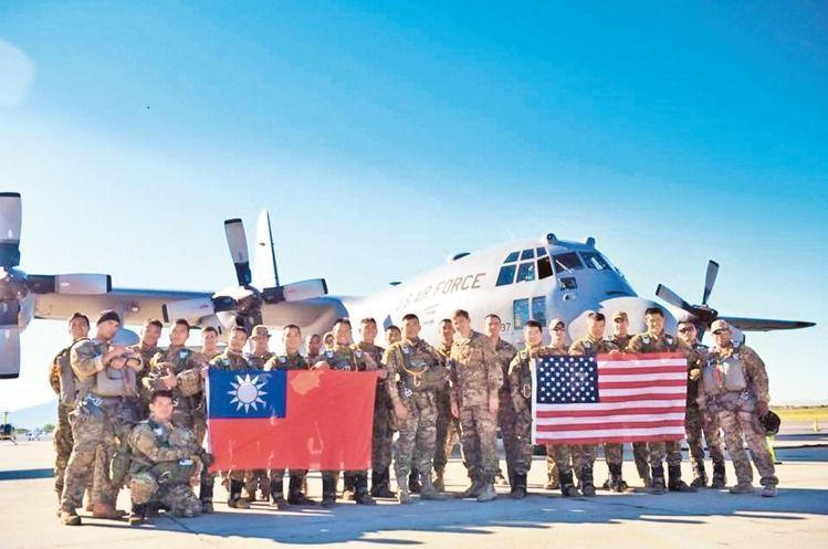 國防部上午發布「中華民國106年國防報告書」,這是民進黨執政後第一本國防白皮書,...
