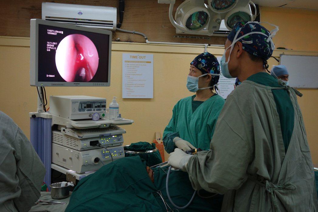 國泰醫院醫療團執行耳鼻喉科手術。圖/國泰醫院提供