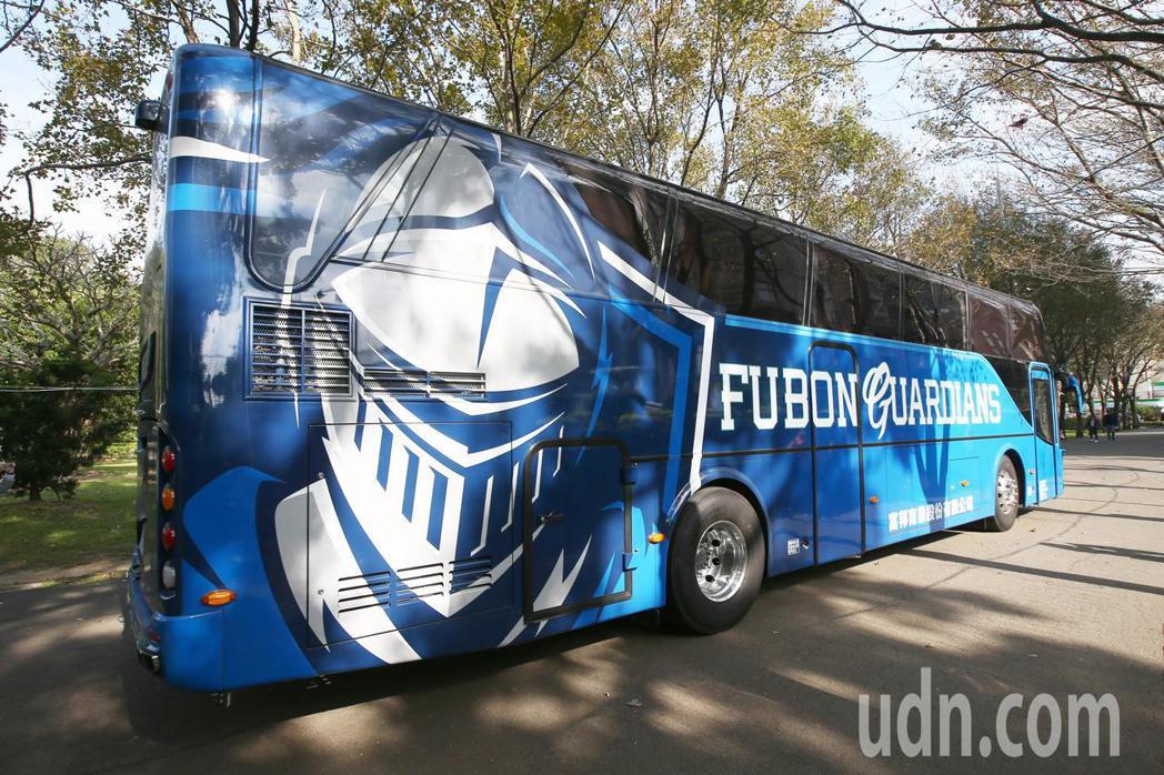 富邦悍將歐洲進口的球隊巴士亮相,是11月開始使用,內外裝都跟從前不同,外觀塗裝很...