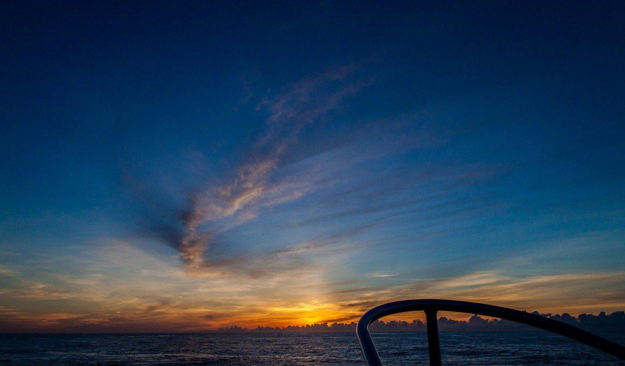 賞鯨業者推出跨年賞鯨船,在海上迎接2018年的第一道曙光。圖/多羅滿賞鯨業者提供