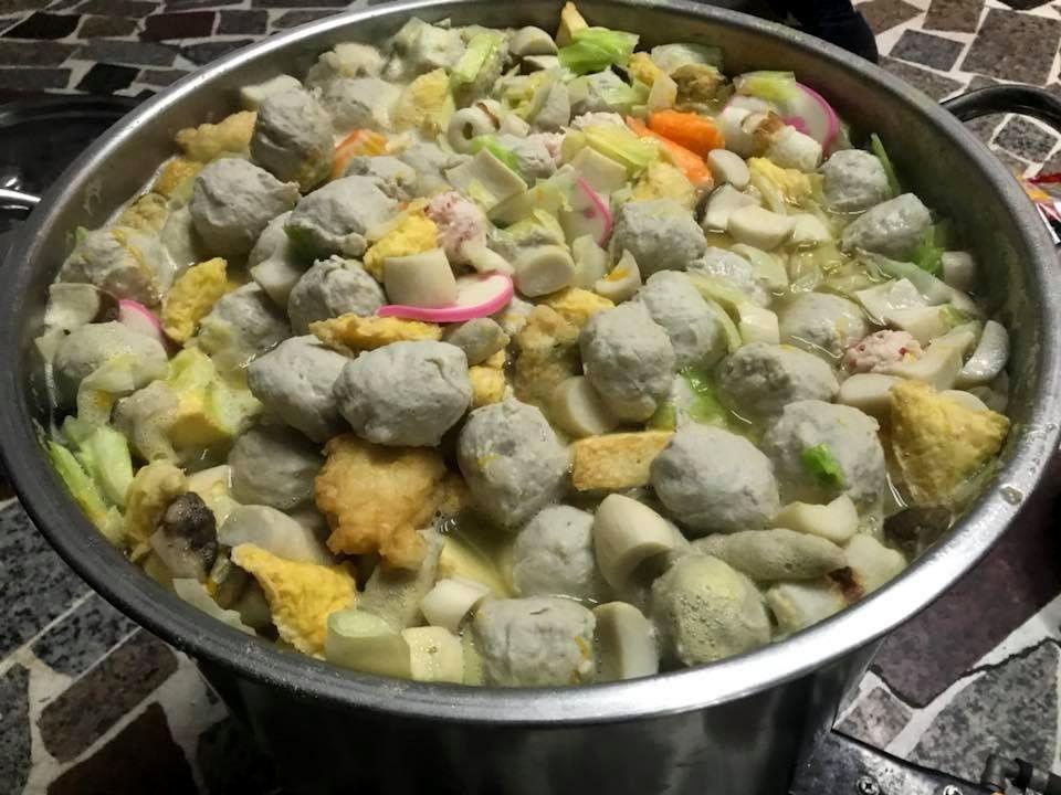 這群年輕人自己開火烹飪熱湯給街友吃。圖/張泓德提供
