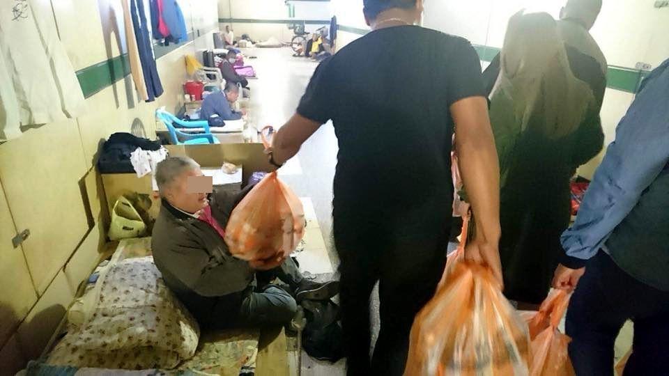 這群耶誕老公公昨晚發送愛心物資給台南二中人行地下道街友。 圖/張泓德提供