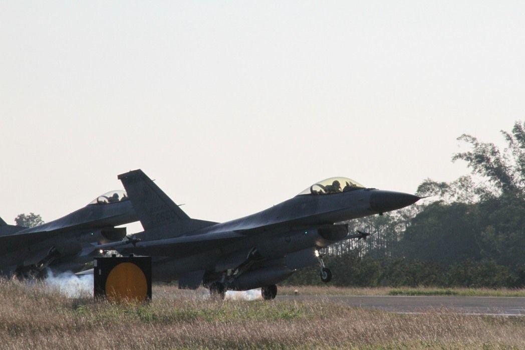 國防部長馮世寬指示,為因應中共「第一擊」將破壞台灣各重要空軍基地跑道,他要求空軍...
