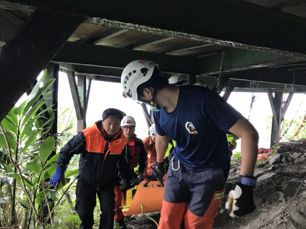 宜蘭縣消防局派遣搜救人員用繩索下降與傷者接觸,發現張男墜落深度達15米,相當於5...