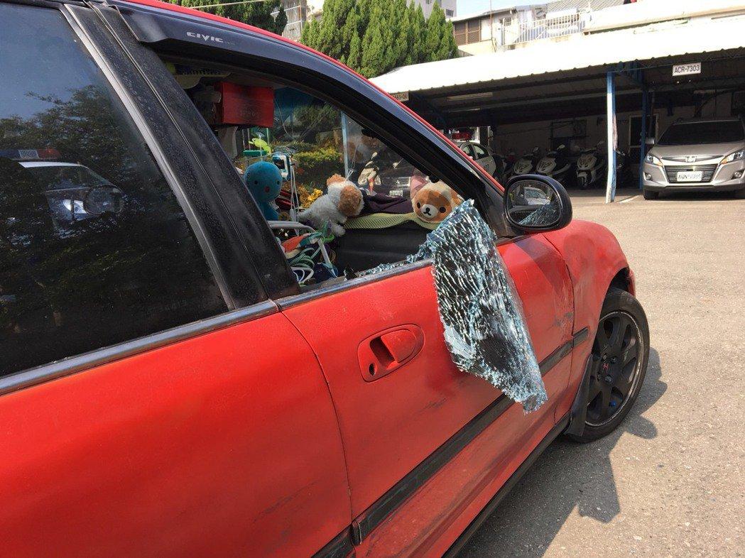 女子拒檢,警察擊破車窗抓人。圖/警方提供