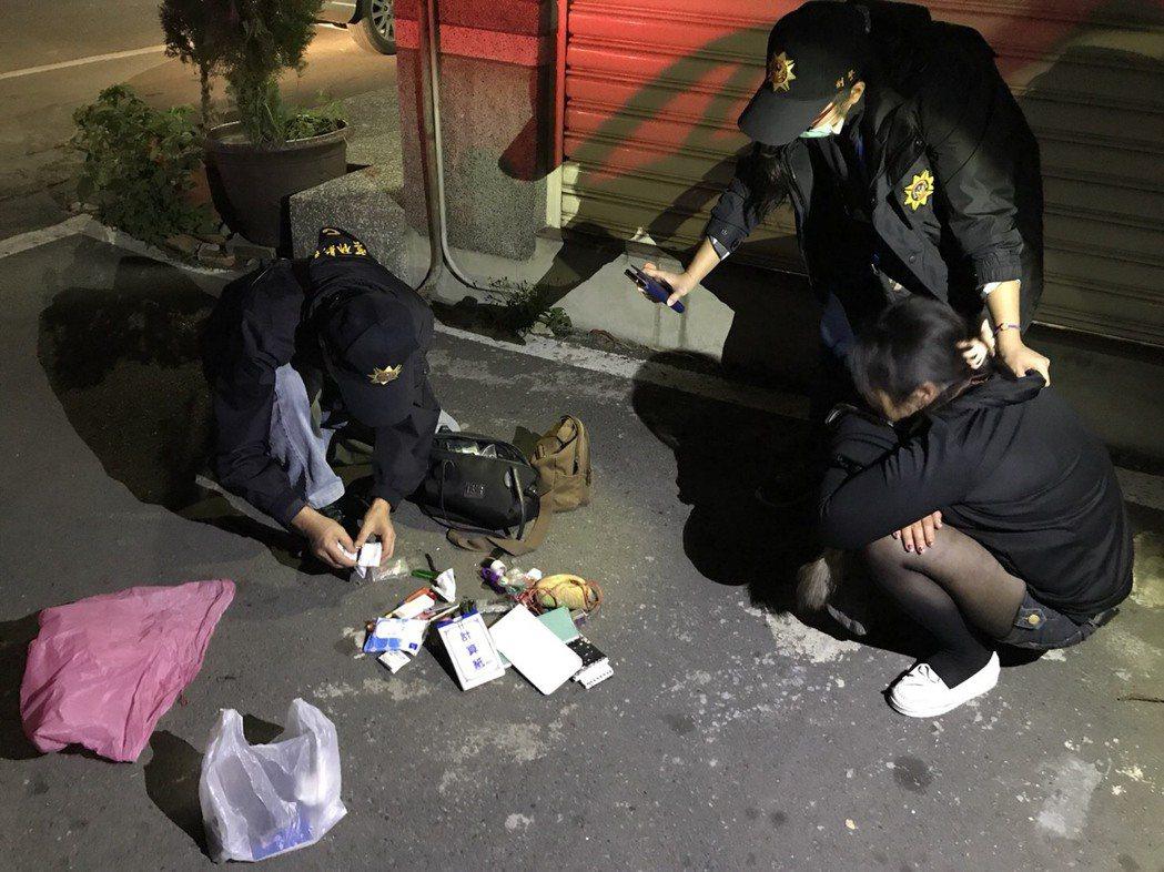 女子拒檢,警察擊破車窗抓人,起出吸毒工具。圖/警方提供