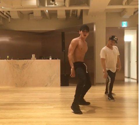 韓團SHINee成員鐘鉉上周一(18日)自殺身亡,隊友、同公司的藝人好友們哀痛不已,除了出殯那天到場送他最後一程,眾人也用各種不同的方式緬懷好友,隊友Key、溫流、師兄Super Junior利特等...