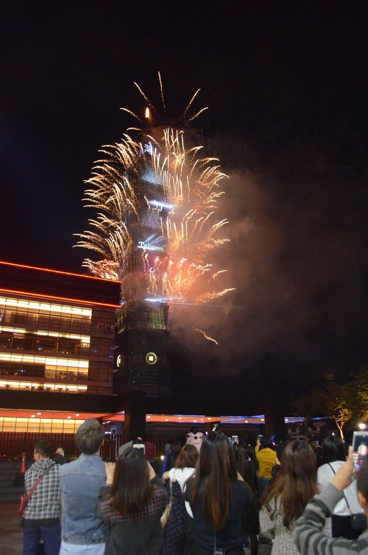 新光三越台北信義新天地各館,在跨年夜當天推出各式主題活動,與民眾一起看跨年煙火迎...