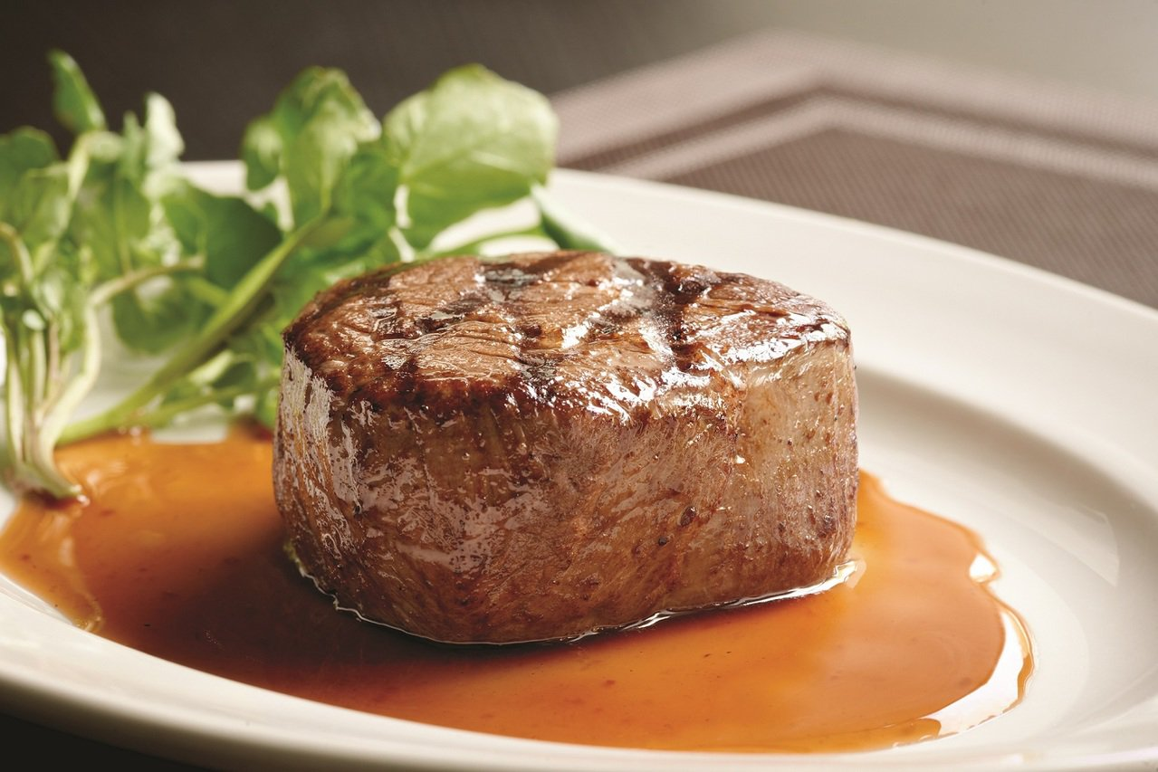 微風信義跨年夜主打高樓層餐廳,45樓的莫爾頓牛排館推出跨年限定套餐,延長營業至凌...