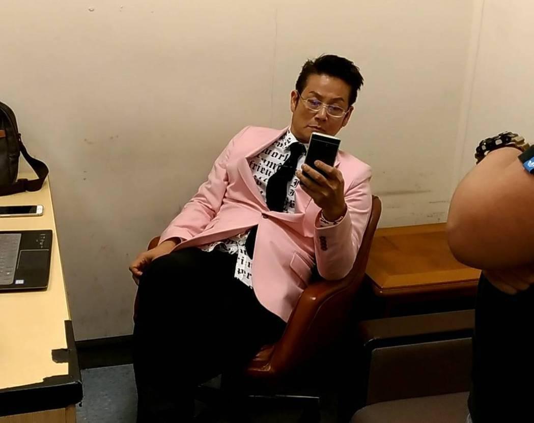 徐乃麟戴老花眼鏡仔細看新聞。記者李姿瑩/攝影