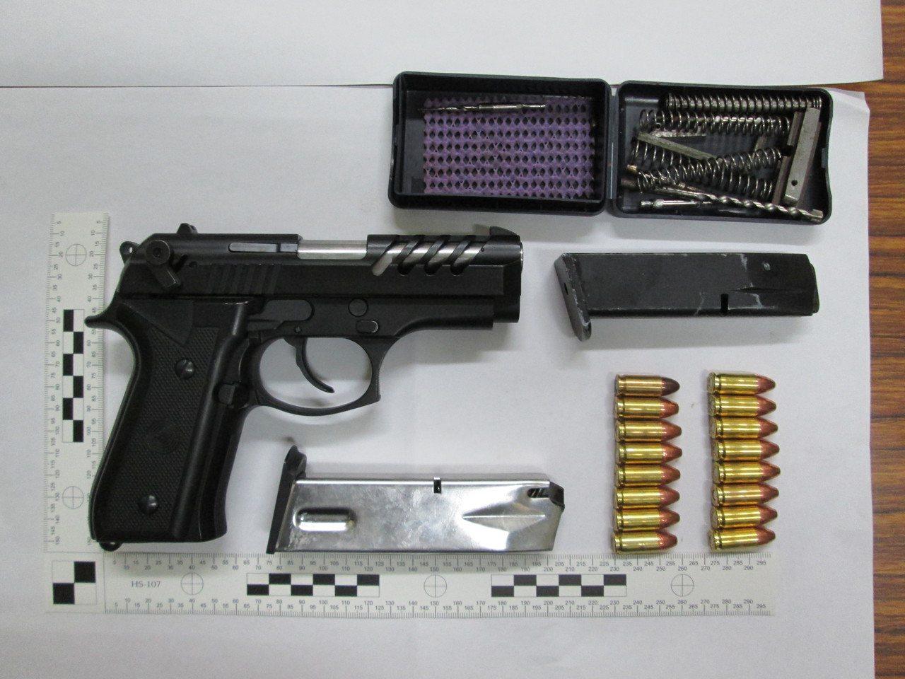 警方查獲張嫌持有的改造槍枝、子彈。圖/警方提供