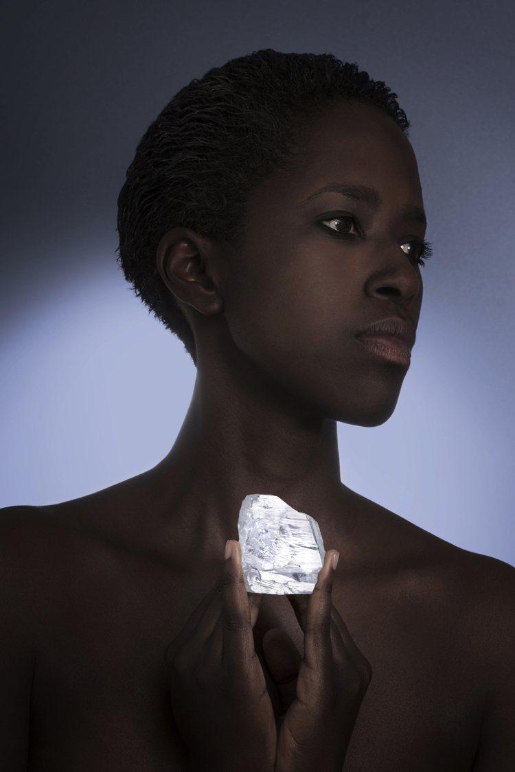 獅子山共和國有史以來第5大顆鑽石「Meya Prosperity」,日前也以16...