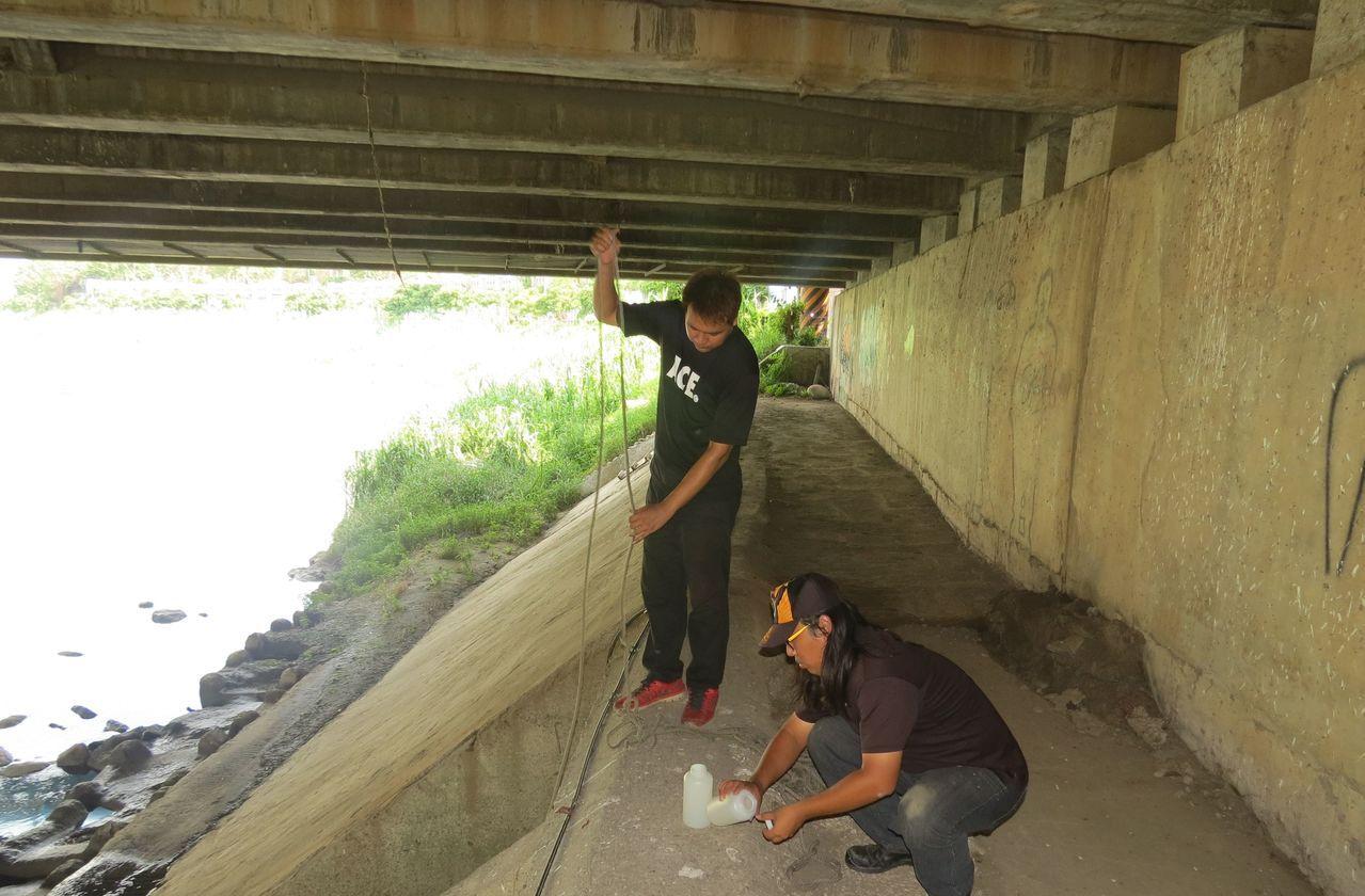 高雄市環保局人員在後勁溪段採樣。圖/高雄市環保局提供
